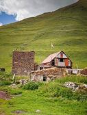 дом с грузинским флагом в горах — Стоковое фото