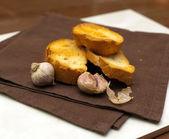 Kromka bagietki z grilla i czosnek — Zdjęcie stockowe