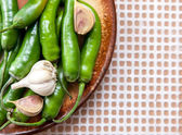 Grüne chilischoten und knoblauchzehen — Stockfoto
