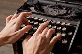 人类的手上复古打字机打印. — 图库照片