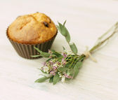 Homemade muffin and a bouquet of wild flowers — Stock Photo