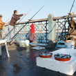 Fishermen fishing on Galata Bridge in Istanbul, February 9, 2011 — Stockfoto
