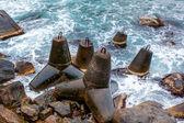 Deniz kıyısında antik demir groynes — Stok fotoğraf