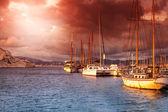 在日落时的端口在海上的老船 — 图库照片