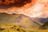 Brilhante deslumbrante pôr do sol no vale da montanha — Foto Stock