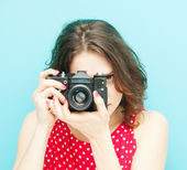 Beautiful girl with vintage photo camera on a blue background in — Foto Stock
