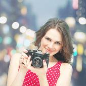 夜の背景のビンテージ写真カメラで美しい少女 — ストック写真