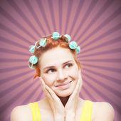 Legrační portrét rusovláska v natáčky na vlasy na retro backg — Stock fotografie
