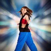 在明亮的背景上的美丽跳舞的女孩 — 图库照片