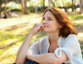 Beautiful girl sitting in the park — Stock Photo
