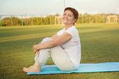 Attraktiv kvinna 50 år gör fitness — Stockfoto