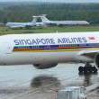 图库照片: MOSCOW - SEPTEMBER 6: Singapore Airlines Boeing 777 in Domodedovo International, Moscow on September 6, 2013. Airport activity: Singapore Airlines wide-body B777 departs from passenger terminals.