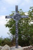 Monténégro - 9 septembre : mémorial en forme de cristian croix proche ville de budva, monténégro le 9 septembre 2013. cristian croix au nom de la sv. spas haut de la colline près de la ville de budva. — Photo