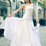 belle jeune femme posant sur la rue montrant des robes — Photo