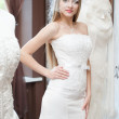 la sposa cercando su abiti in bridal salon — Foto Stock #16820825