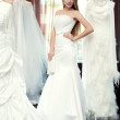 la sposa cercando su abiti in bridal salon — Foto Stock