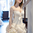 la sposa cercando su abiti in bridal salon — Foto Stock #16821719