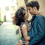 Młoda para całuje na ulicy Starego Miasta w Hiszpanii — Zdjęcie stockowe