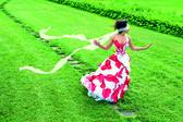 Teyp gözbağı ile yol adı verilen güzel bir genç kız — Stok fotoğraf
