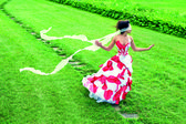 Een mooi jong meisje genaamd pad met tape blinddoek — Stockfoto