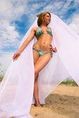 Sahilde güzel kızıl saçlı kız — Stok fotoğraf