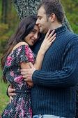 Mooi paar in een park — Stockfoto