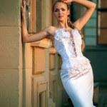 belle femme aux cheveux blonde dans la robe de mariée — Photo