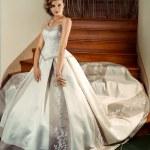 Beautiful bride in a luxury wedding dress — Stock Photo