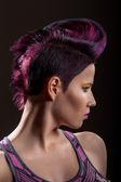 Porträtt av en vacker flicka med färgat hår, professionell hår färg — Stockfoto