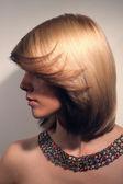 Portrét krásné dívky s odbarvenými vlasy, vlasy barvy — Stock fotografie