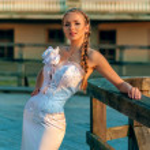 prachtige blond haired vrouw in bruids jurk — Stockfoto