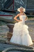 Krásná žena blond vlasy svatební šaty — Stock fotografie