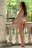 Bela mulher sexy se passando perto de uma velha colunas antigas — Fotografia Stock