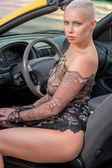 Sexy dáma v autě sportovní — Stock fotografie