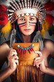 Fille d'amérindiennes avec sac — Photo