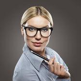 Atraktivní podnikatelka s tužkou — Stock fotografie