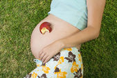 Pregnant woman with fruit — ストック写真