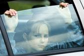 Smutna dziewczyna w samochodzie — Zdjęcie stockowe