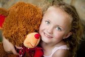 Meisje met haar teddy — Stockfoto