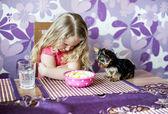 Niña y perrito — Foto de Stock