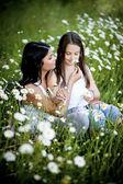 Moeder en dochter in het park — Stockfoto