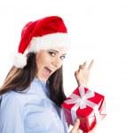 クリスマスのギフトを持つ美しい女性 — ストック写真