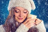 Krásná žena v teplý svetr — Stock fotografie