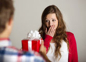Man handing woman gift — Stockfoto