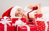 Pequeña niña en santa sombrero con regalo de navidad — Foto de Stock