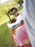 Wedding car with bride and groom — Stockfoto