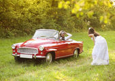 Wedding car with bride and groom — Стоковое фото