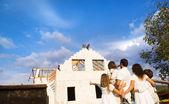 Familie bouw van een nieuwe huis — Stockfoto