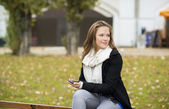 Mujer en el parque de la ciudad — Foto de Stock