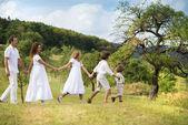 Grande famille est relaxante dans une nature verdoyante — Photo